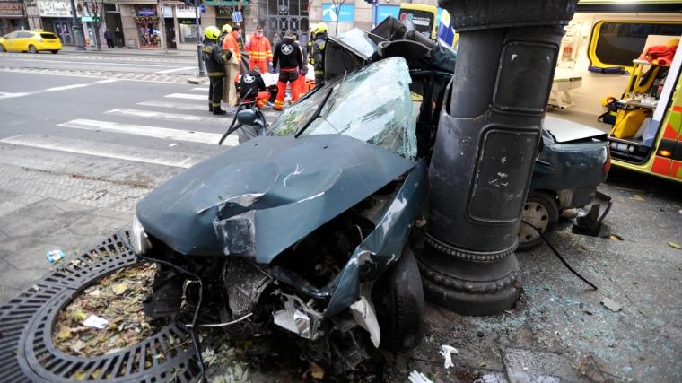 Villanyoszlopnak csapódott, összetört személygépkocsi a Károly körúton (Fotó: MTI/Mihádák Zoltán)